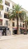 Hôtel et palmiers sur le bord de mer dans Petrovac, Monténégro Images stock