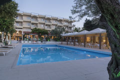 Hôtel et piscine Rhodes de village de Filerimos Image stock