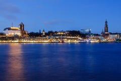 Hôtel Hafen Hambourg et Michel-église à l'heure bleue Image libre de droits