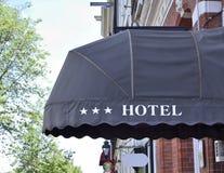 Hôtel trois-étoiles avec des abat-jour du soleil Images stock