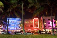 Hôtels d'art déco d'entraînement d'océan illuminés la nuit, Miami Beach, la Floride, Etats-Unis photographie stock libre de droits