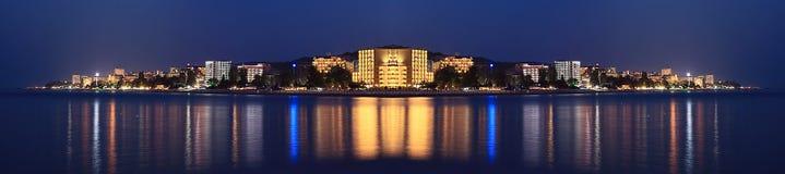 Hôtels de mer de panorama de paysage de nuit Image libre de droits