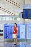 Hôtesse à l'aéroport de capital de Pékin Photographie stock libre de droits