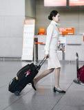 Hôtesse à trajectoire aérienne asiatique dans l'aéroport international d'Incheon Photo libre de droits