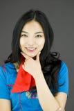 Hôtesse d'air asiatique avec la main sur le menton photo libre de droits