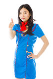 Hôtesse d'air asiatique faisant des pouces vers le haut du signe se tenant avec la main sur la hanche photo libre de droits
