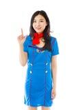 Hôtesse d'air asiatique souriant et se dirigeant vers le haut photographie stock libre de droits