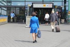 Hôtesse de KLM à l'aéroport international d'Amsterdam Photographie stock libre de droits