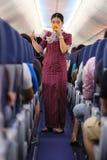 Hôtesse de l'air montrant le masque à oxygène Photo stock