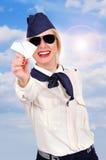 Hôtesse tenant l'avion de papier Photographie stock