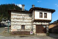 H?user des 19. Jahrhunderts in der historischen Stadt von Shiroka Laka, Smolyan-Region, Bulgarien stockbild