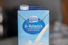 H - Vollmilch unskimmed Milch von den guten Landständen gutes Landes in einem Kühlschrank Lizenzfreie Stockbilder