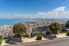 HAÏFA, ISRAËL 25 MARS 2018 : Rue de ville de Haïfa avec la vue aux terrasses de la foi de Bahai au printemps photos libres de droits