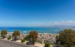 HAÏFA, ISRAËL 25 MARS 2018 : Rue de ville de Haïfa avec la vue aux terrasses de la foi de Bahai au printemps images stock