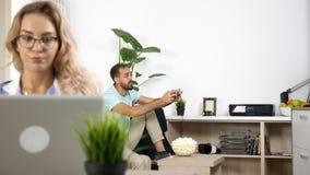 Hałaśliwie chłopak bawić się wideo grę podczas gdy freelancer dziewczyna pracuje w domu zbiory wideo