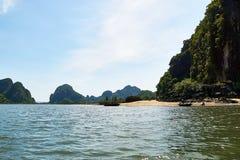 Ha长海湾,越南- 2019年6月10日:本机钓鱼在海滩在下龙湾,越南 非常普遍的旅游景点  免版税库存照片