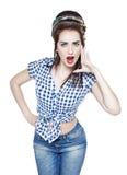 Молодая красивая женщина в стиле ретро штыря поднимающем вверх крича с ее ha Стоковые Фотографии RF