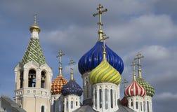 Ha bagnato la nuova chiesa di Novo-Peredelkino. Fotografie Stock Libere da Diritti