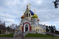 Ha bagnato la nuova chiesa di Novo-Peredelkino. Fotografia Stock