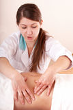 ha barn för massagemagekvinna Royaltyfria Foton
