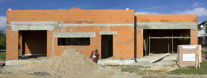 Ha cominciato la costruzione della casa rurale del mattone rosso Fotografia Stock Libera da Diritti