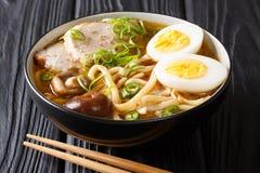 Ha cucinato di recente la minestra con le tagliatelle del udon, la carne di maiale, gli uova sode, mushro fotografia stock libera da diritti