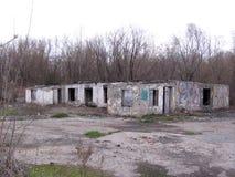 Ha distrutto il fondamento della costruzione della costruzione inutile della base industriale abbandonata fotografia stock libera da diritti