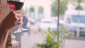 Ha drinkkvinnan som tar smuttrött vinexponeringsglas