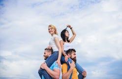 Ha en bra tid tillsammans ?lska par som har utomhus- roliga aktiviteter ?lska par tyck om gyckel tillsammans sk?mtsamt arkivbild