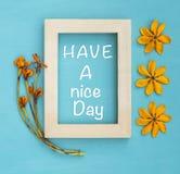 Ha en kortdesign för trevlig dag med träramen och gulna blomman Arkivbild