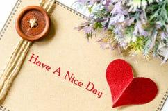 Ha en trevlig dag man för begreppskyssförälskelse till kvinnan Arkivfoton