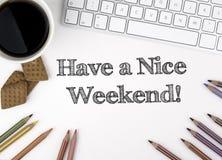 Ha en trevlig helg! Vitt kontorsskrivbord arkivbilder