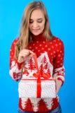 Ha en trevlig vinterferie! Den unga härliga flickan öppnar Chr royaltyfri foto
