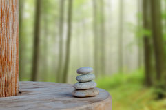 Ha equilibrato parecchie pietre di zen su bello fondo vago Fotografia Stock Libera da Diritti