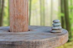 Ha equilibrato parecchie pietre di zen su bello fondo vago Immagini Stock