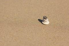 Ha equilibrato parecchie pietre di zen sui precedenti della spiaggia Immagine Stock Libera da Diritti