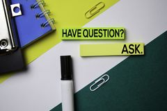 Ha frågan? FRÅGA text på klibbiga anmärkningar med begrepp för kontorsskrivbord arkivbild