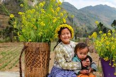 HA GIANG VIET NAM, Januari 01, 2016 systern, etniska Hmong, Ha Giang bergsområden namnger okända, en syster som bär Royaltyfria Foton