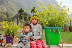HA GIANG VIET NAM, Januari 01, 2016 systern, etniska Hmong, Ha Giang bergsområden namnger okända, en syster som bär Fotografering för Bildbyråer