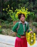 HA GIANG VIET NAM, Januari 01, 2016 systern, etniska Hmong, Ha Giang bergsområden namnger okända, en syster som bär Royaltyfri Fotografi