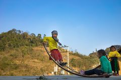 Ha Giang, Vietnam - 14 de febrero de 2016: Oscilación del juego de niños del mong del ` de la minoría étnica H hecha de la barra  Imagenes de archivo