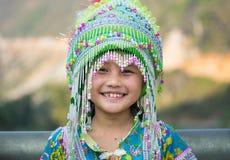 Ha Giang, Vietnam - 13 de febrero de 2016: Retrato de la niña del mong del ` de H que lleva el vestido tradicional durante día de Fotografía de archivo libre de regalías