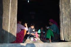 Ha Giang, Vietnam - 13 febbraio 2016: Famiglia di minoranza etnica del mong del ` di H pranzando nella loro casa nel distretto di Fotografia Stock