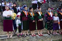 Ha Giang, Vietnam - 7 Februari, 2014: De niet geïdentificeerde groep Hmong-mensen die minderheids op kunstenaar letten om bij nie stock fotografie