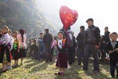 Ha Giang, Vietnam - 7 Februari, 2014: De niet geïdentificeerde groep kinderen die het traditionele nieuwe jaar van Hmong dragen k Royalty-vrije Stock Fotografie