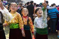 Ha Giang, Vietnam - 7 Februari, 2014: De niet geïdentificeerde groep kinderen die het traditionele nieuwe jaar van Hmong dragen k Stock Afbeelding