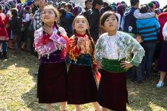 Ha Giang, Vietnam - 7 Februari, 2014: De niet geïdentificeerde groep kinderen die het traditionele nieuwe jaar van Hmong dragen k Royalty-vrije Stock Foto's