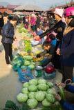 Ha Giang Vietnam - Februari 14, 2016: Lantlig lokal marknad i det Dong Van området, Ha Giang Handelgodset är nästan hemlagad sake Royaltyfri Bild