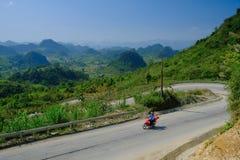Ha Giang/Vietnam - 01/11/2017: Motorbiking fotvandrare på spolningsvägar till och med dalar och karstberglandskap i norden arkivfoto