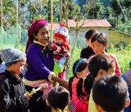 Ha Giang, Vietnam - November 08, 2018: De niet geïdentificeerde groep kinderen die het traditionele nieuwe jaar van Hmong dragen  Stock Afbeeldingen